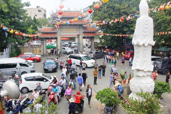 Rằm tháng 7: Phố cổ Hà Nội mù mịt hóa vàng mã, Sài Gòn chen nhau mua cơm chay, đi lễ chùa - Ảnh 19.