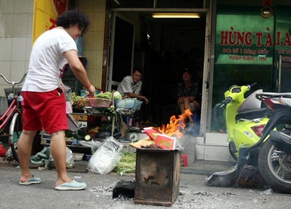 Rằm tháng 7: Phố cổ Hà Nội mù mịt hóa vàng mã, Sài Gòn chen nhau mua cơm chay, đi lễ chùa - Ảnh 5.