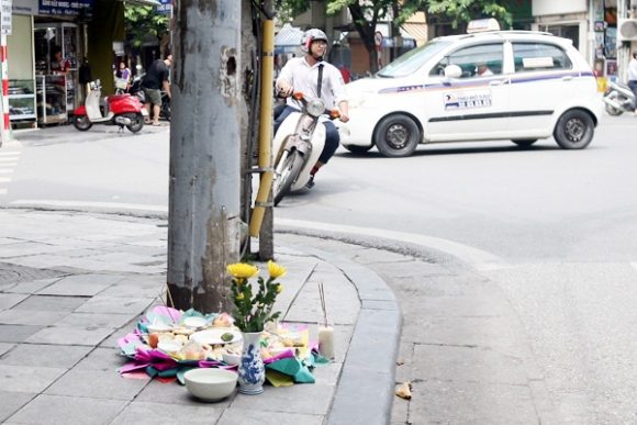 Rằm tháng 7: Phố cổ Hà Nội mù mịt hóa vàng mã, Sài Gòn chen nhau mua cơm chay, đi lễ chùa - Ảnh 1.