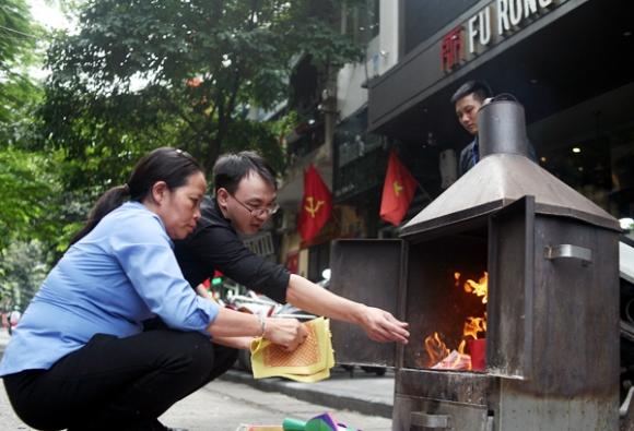 Rằm tháng 7: Phố cổ Hà Nội mù mịt hóa vàng mã, Sài Gòn chen nhau mua cơm chay, đi lễ chùa - Ảnh 6.