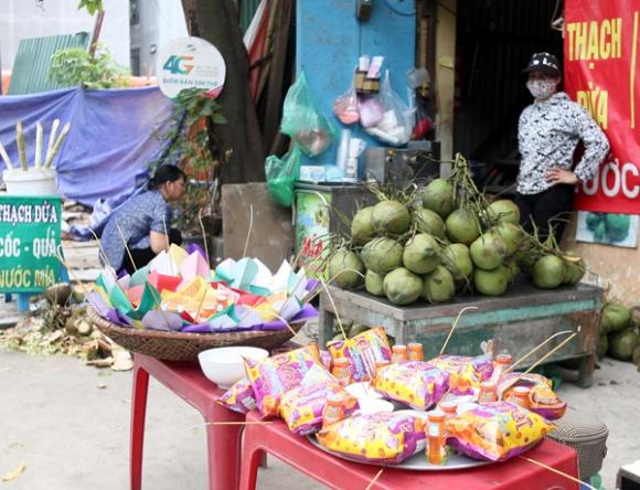 Rằm tháng 7: Phố cổ Hà Nội mù mịt hóa vàng mã, Sài Gòn chen nhau mua cơm chay, đi lễ chùa - Ảnh 2.