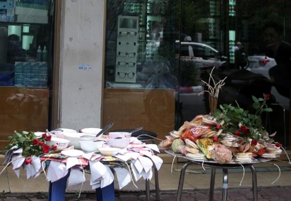 Rằm tháng 7: Phố cổ Hà Nội mù mịt hóa vàng mã, Sài Gòn chen nhau mua cơm chay, đi lễ chùa - Ảnh 3.