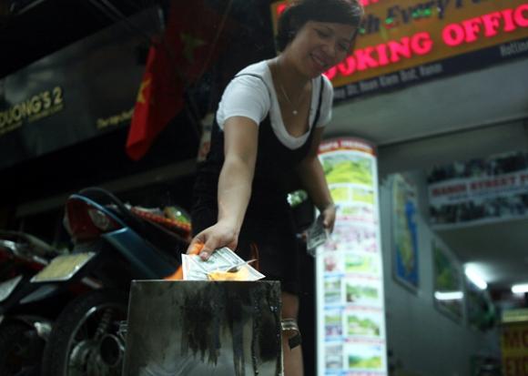 Rằm tháng 7: Phố cổ Hà Nội mù mịt hóa vàng mã, Sài Gòn chen nhau mua cơm chay, đi lễ chùa - Ảnh 11.