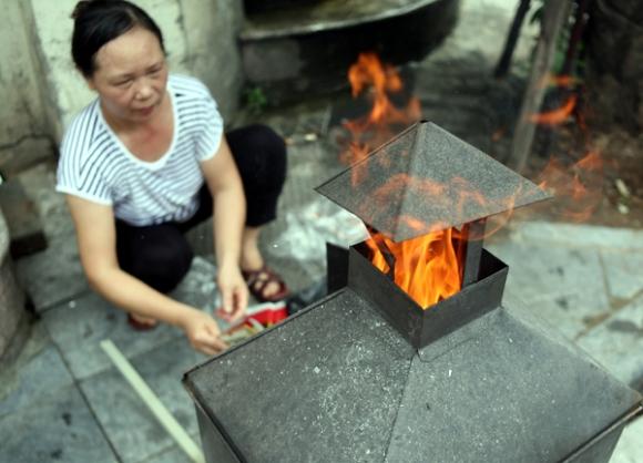 Rằm tháng 7: Phố cổ Hà Nội mù mịt hóa vàng mã, Sài Gòn chen nhau mua cơm chay, đi lễ chùa - Ảnh 13.