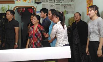 Cảnh sát hy sinh khi chữa cháy: Vợ mang bầu khóc gào bên quan tài chồng