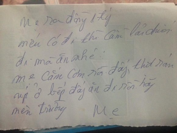 Những mảnh giấy viết vội mẹ dặn dò con trai trước khi đi vắng khiến dân mạng trào nước mắt