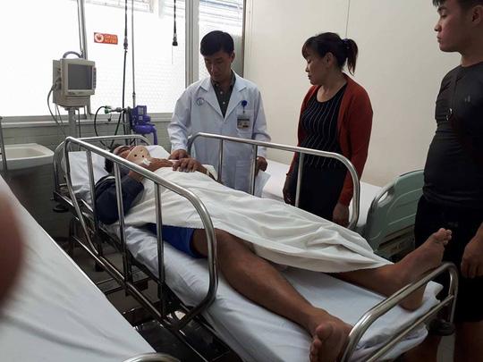 Một chiến sĩ PCCC trong vụ sập nhà Bình Tân bị gãy cột sống - 1