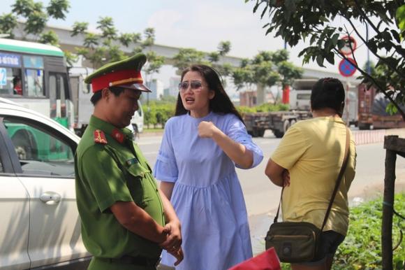 Diễn viên Ngọc Lan đôi co với lực lượng cảnh sát làm nhiệm vụ. Ảnh: TL