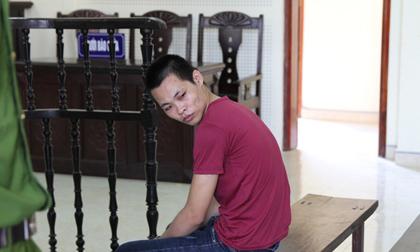 Bị cáo đau đớn nhìn mẹ và vợ lần cuối trước khi bị kết án 20 năm tù vì giết người
