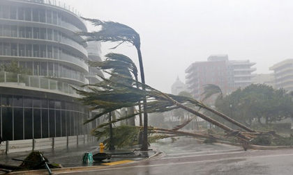Siêu bão 'quái vật' Irma đổ bộ vào Mỹ, sóng cao 5 mét tạt bờ