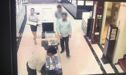 Bắt hai đối tượng người nước ngoài lấy trộm đồng hồ vàng giá 238 triệu đồng tại Hà Nội