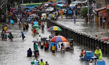 Bão vừa đổ bộ, người dân Philippines ngụp lặn trong nước lũ