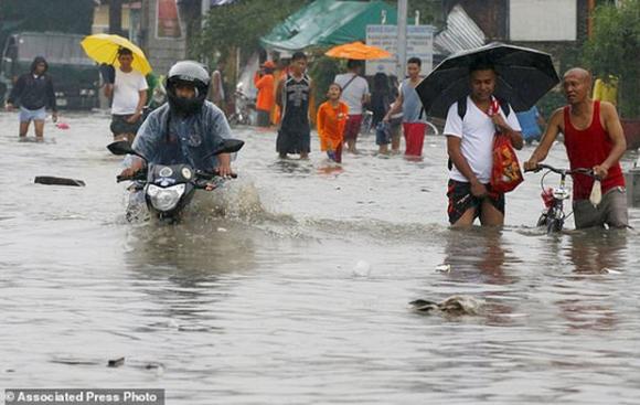 Bão vừa đổ bộ, người dân Philippines ngụp lặn trong nước lũ - Ảnh 4.