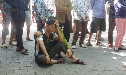 Chồng thai phụ khóc ngất bên thi thể vợ dưới gầm container
