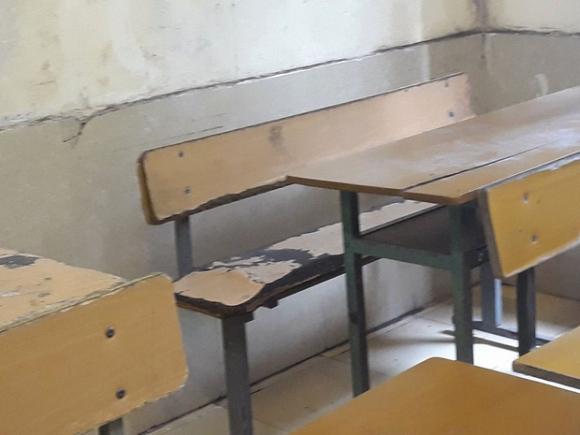 Bên trong trường học vợ NS Xuân Bắc tố học sinh phải kê dép, lấy ghế ngoài bãi phế thải để ngồi - Ảnh 2.