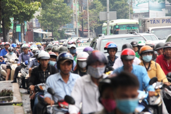 Mưa từ sáng sớm, người Sài Gòn bì bõm lội nước, chen chúc nhau đi làm - Ảnh 8.