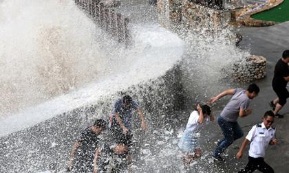 Hai cơn bão lớn cùng đổ bộ vào Trung Quốc, hơn 300.000 người dân phải đi sơ tán khẩn cấp