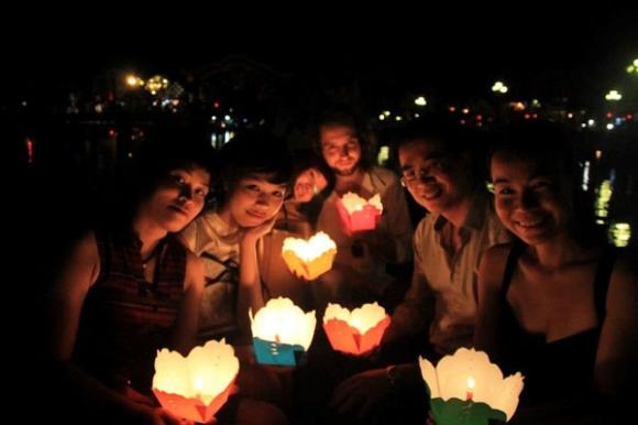 Năm 2013, cặp đôi này đã đi chơi cùng bạn bè thân thiết trong đêm hội hoa đăng.