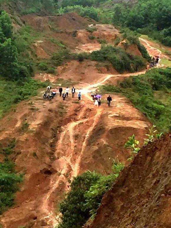 Cảnh con đường đất lầy lội với những đoạn lên dốc, xuống dốc trơn trượt