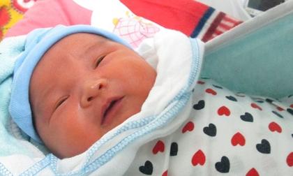 Bé trai 5 ngày tuổi bị bỏ rơi ở Viện Huyết học - Truyền máu TƯ: 'Có thể mẹ bé vẫn ở đâu đây!'
