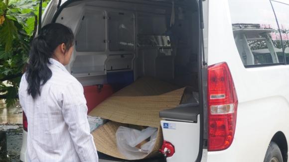 Vụ tai nạn ở Tây Ninh: Người nhà nạn nhân đến nhận thi thể về mai táng.