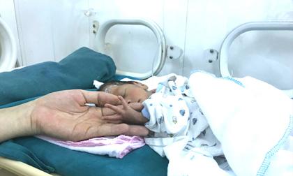 Người mẹ bỏ rơi bé gái sinh non, chỉ nặng 1,4kg đã trở lại nhận con sau 20 ngày 'bặt vô âm tín'