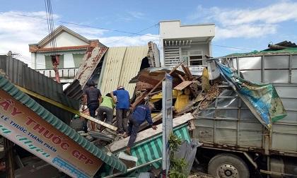 Tai nạn kinh hoàng: Xe chở gỗ dăm đâm sập 4 nhà dân