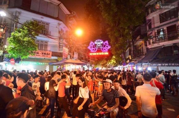 Chùm ảnh: Cảnh tượng đông đúc đến nghẹt thở tại Hà Nội và Sài Gòn trước thềm Trung thu - Ảnh 2.