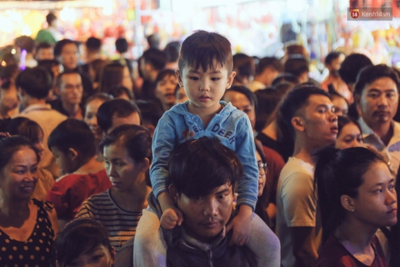 Chùm ảnh: Cảnh tượng đông đúc đến nghẹt thở tại Hà Nội và Sài Gòn trước thềm Trung thu - Ảnh 20.