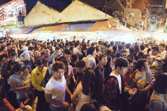 Chùm ảnh: Cảnh tượng đông đúc đến nghẹt thở tại Hà Nội và Sài Gòn trước thềm Trung thu - Ảnh 16.