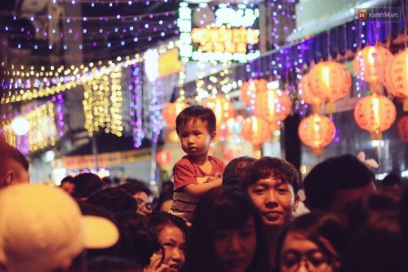 Chùm ảnh: Cảnh tượng đông đúc đến nghẹt thở tại Hà Nội và Sài Gòn trước thềm Trung thu - Ảnh 19.