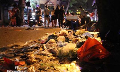 Phố cổ ngập ngụa rác sau đêm Trung thu, dân vô tư ném ra đường dù thùng rác chưa đầy