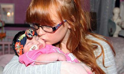 Nghẹn ngào giây phút bé 8 tháng mở mắt nhưng không khóc, nhẹ nhàng qua đời trong vòng tay mẹ