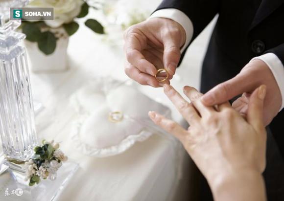 Lén cho vợ cũ khoản tiền lớn, người chồng khóc nức nở khi vợ mới nhắn 9 chữ trên mảnh giấy - Ảnh 1.