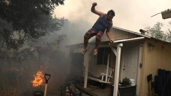 Lửa cháy ngút trời khắp California, hàng chục người chết - Ảnh 4.