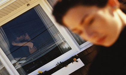 Lắp camera trong phòng khách, người vợ phát hiện sự thật động trời