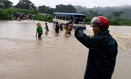 Xe ô tô chở 47 học sinh đi đến giữa đập nước chảy siết bất ngờ chết máy