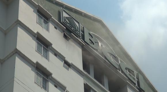 Cháy lớn ở chung cư 12 tầng, nhiều người sống trong căn hộ tháo chạy tán loạn - Ảnh 1.