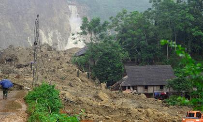 Nổ mìn phá đá tìm kiếm 8 người bị đất vùi ở Hòa Bình
