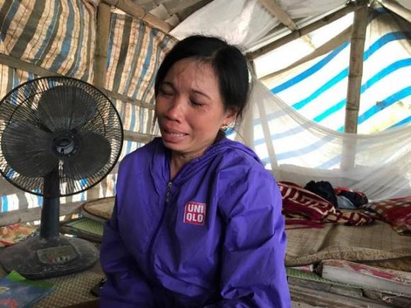 Chị Nguyễn Thị Xuyến, vợ anh Thức khóc nghẹn khi hay tin chồng bị công an tạm giữ.