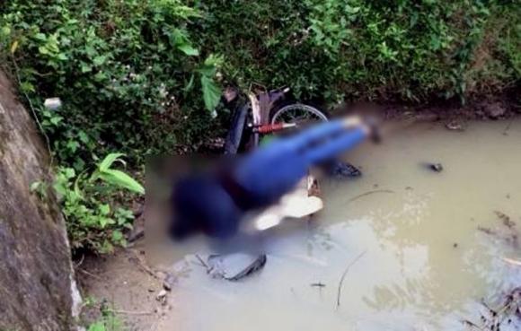 Nghệ An: Phát hiện người đàn ông tử vong dưới cống, thi thể đè lên chiếc xe máy - Ảnh 1.