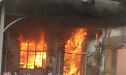 Chồng phóng hỏa đốt nhà, bóp cổ vợ xong ra ban công gọi điện báo cảnh sát