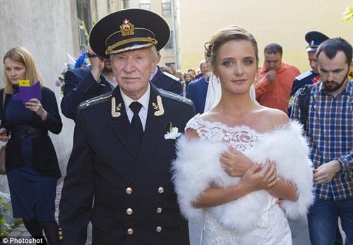 Cụ ông 86 tuổi kết hôn với nữ sinh xinh đẹp nước Nga bây giờ ra sao? - 1