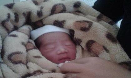 Thái Nguyên: Bé gái sơ sinh đỏ hỏn bị bỏ rơi tại nhà văn hóa thôn
