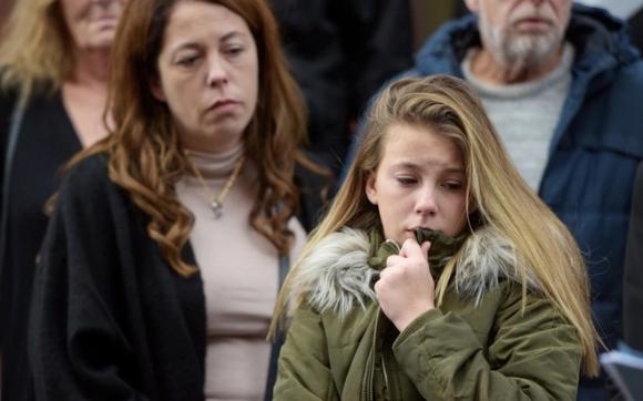 Sau 1 năm sống trong giày vò, cô bé 13 tuổi lấy hết dũng khí ra tòa tố cáo kẻ giết bố và em gái - Ảnh 1.