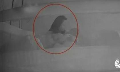 Con 1 tuổi thường xuyên khóc đêm, kiểm tra camera, mẹ bàng hoàng phát hiện sự thật