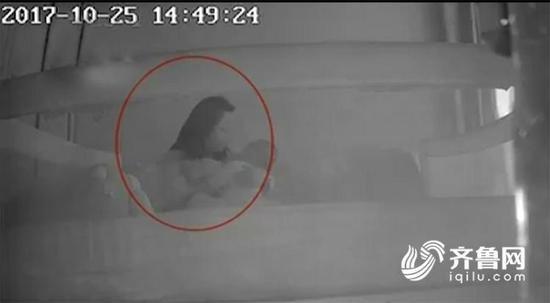 Con 1 tuổi thường xuyên khóc đêm, kiểm tra camera, mẹ bàng hoàng phát hiện bé thường xuyên bị bảo mẫu đánh đập - Ảnh 1.