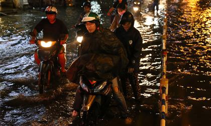 Mưa trút nước, phố SG thành sông, cây bật gốc, đường kẹt xe khủng khiếp