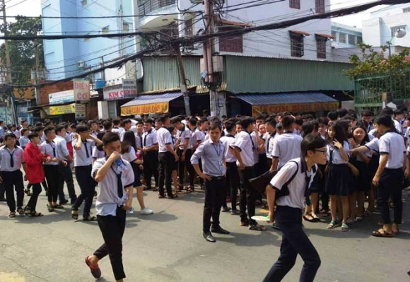 Khói lửa ngùn ngụt trong trường học, hàng trăm học sinh ở SG tháo chạy - 1