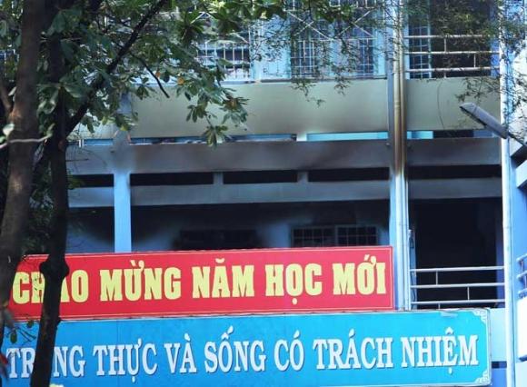 Khói lửa ngùn ngụt trong trường học, hàng trăm học sinh ở SG tháo chạy - 3